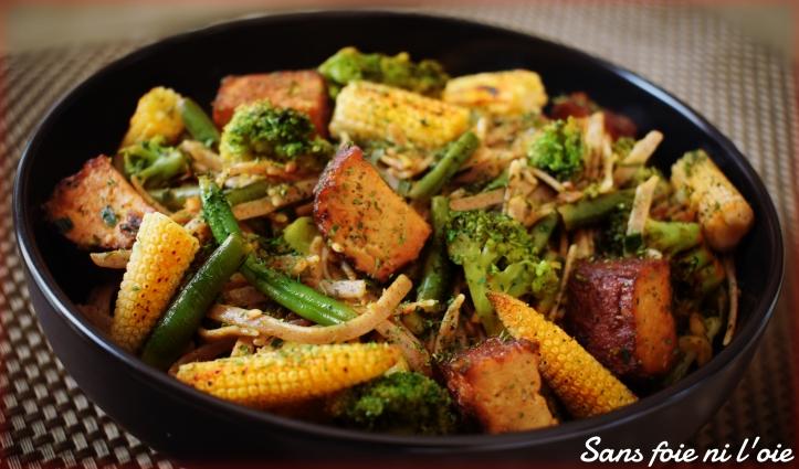 Wok de nouilles soba, tofu amande-sésame, légumes verts et maïs  (vegan, sans gluten) : et si on mangeait un truc qui change ?